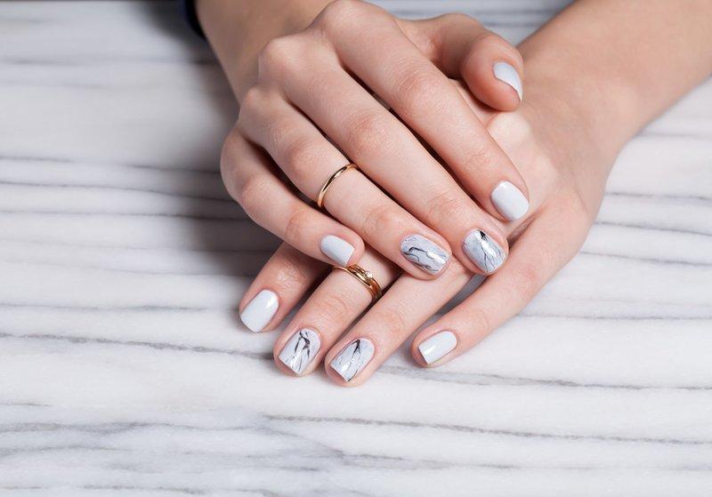 Grijze manicure met zwarte vlekken