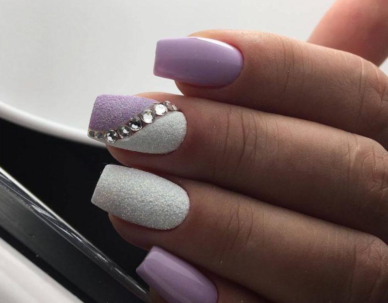 Wit-lila manicure met strass steentjes