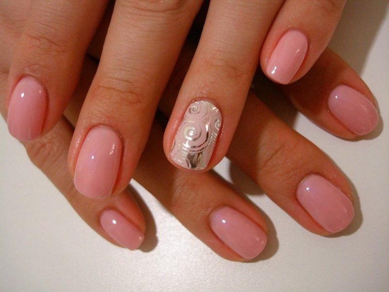 Roze manicure met folie