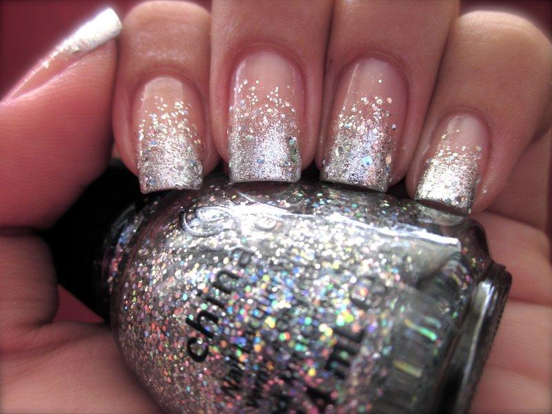 Gevoelige nagels met zilveren pailletten