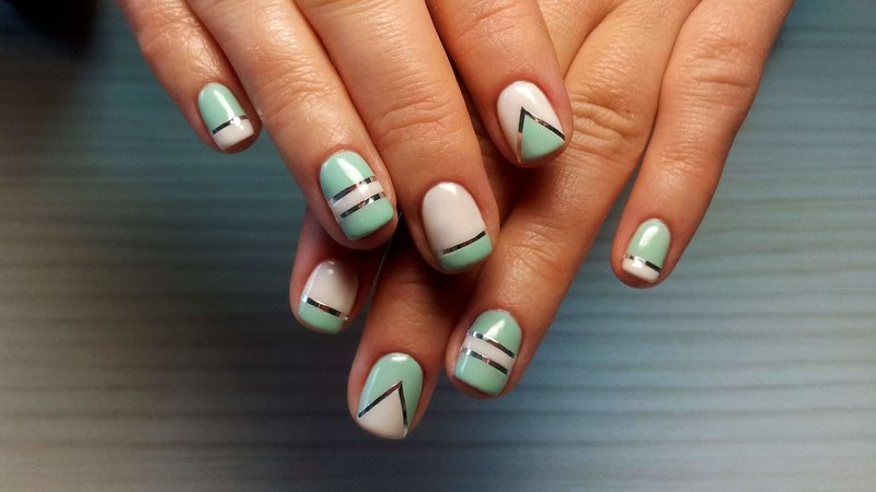 Tweekleurige geometrie en linten op nagels
