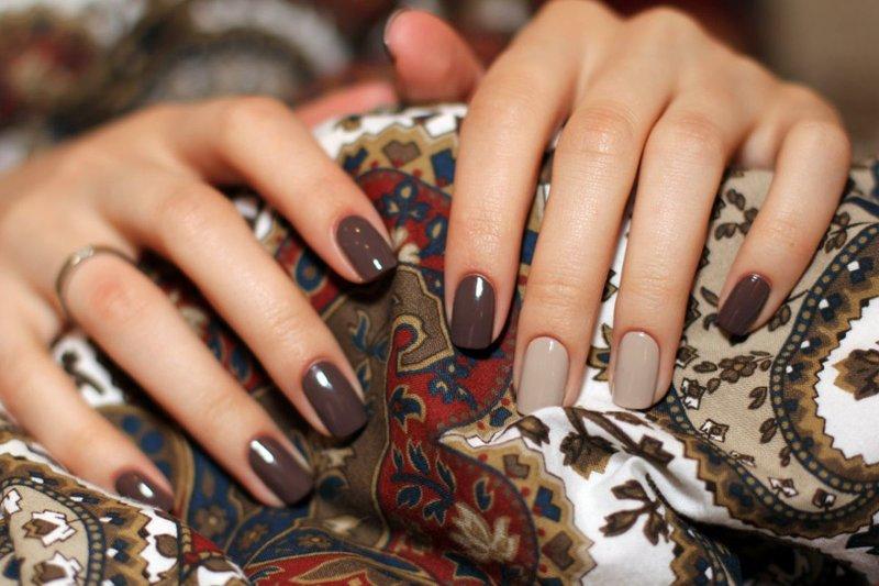 Naakte bruine manicure