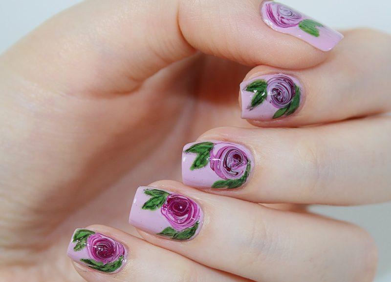 Naakte paarse nagels met geschilderde rozen