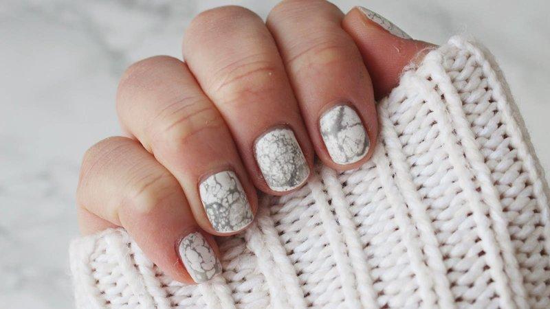 Witte nagels met grijze vlekken
