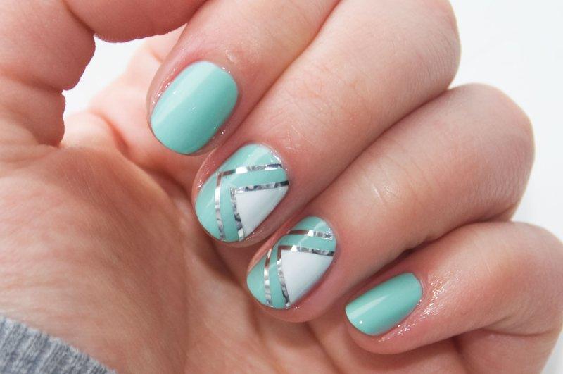 Turquoise nagels met geometrie