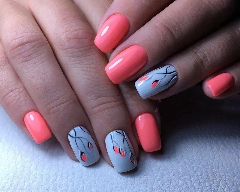 Blauwroze nagels met bloemen