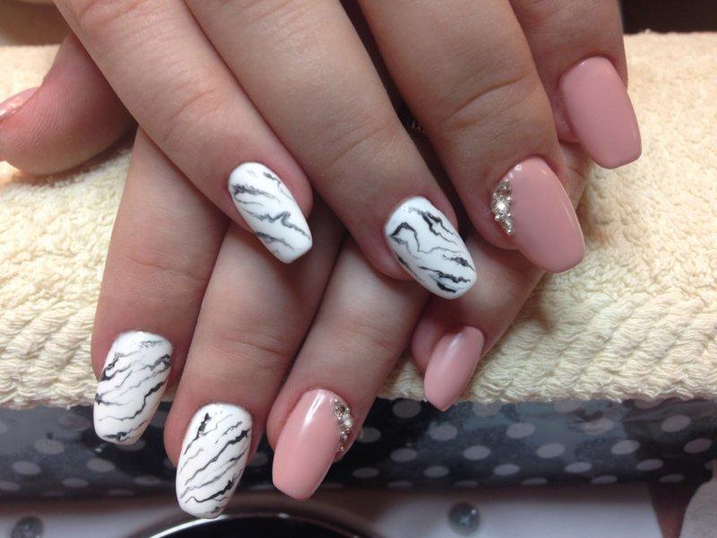 Marmer roze nagels