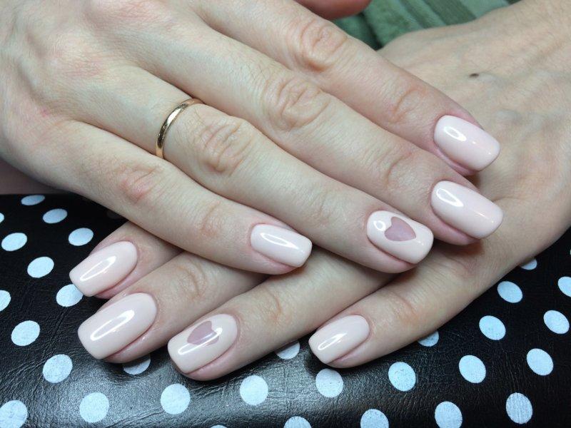 Roze manicure met een hart