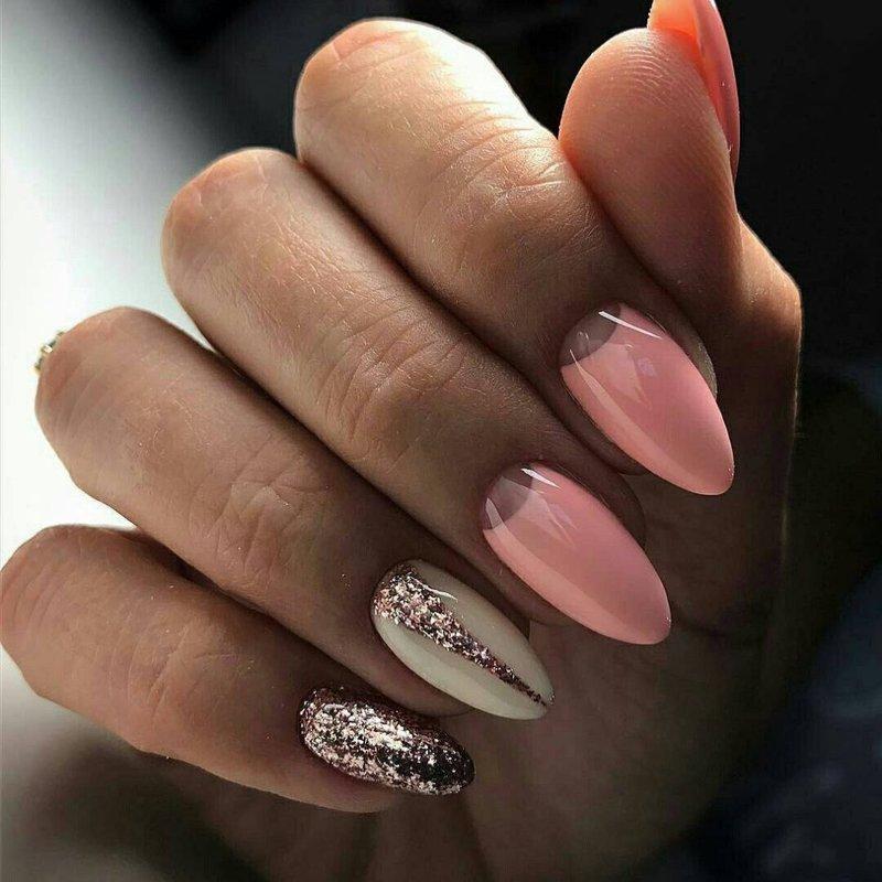 Zachte manicure met glitters