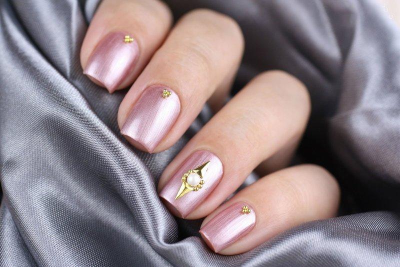 Roze nagels met wrijven en decoraties