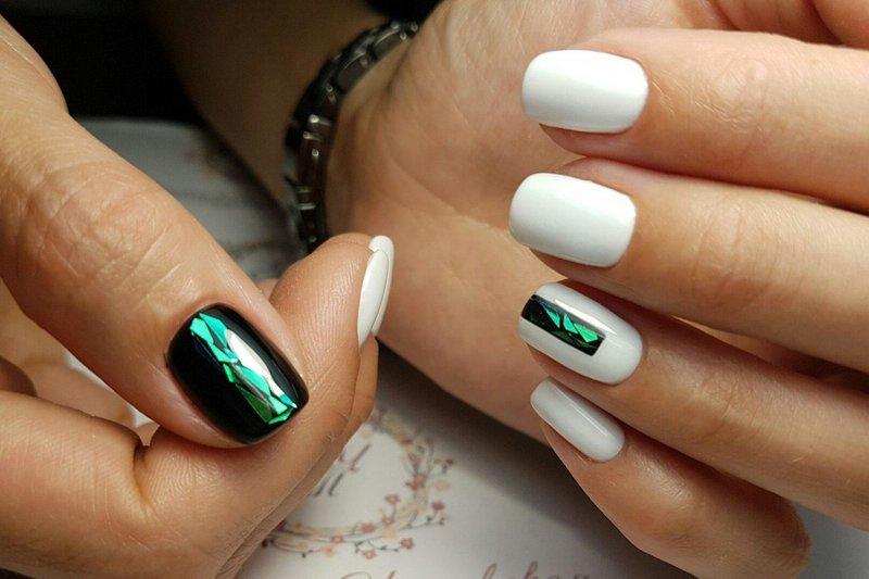 Witte manicure met inzetstukken van gebroken glas
