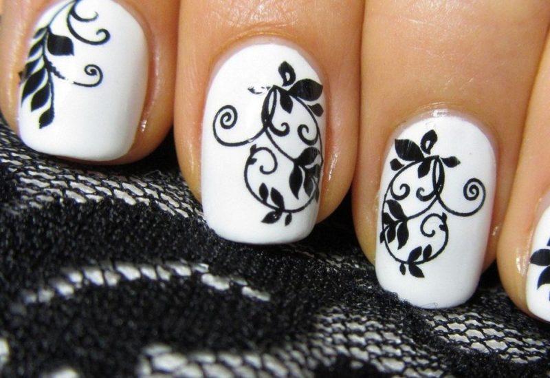 Zachte manicure met een zwart patroon