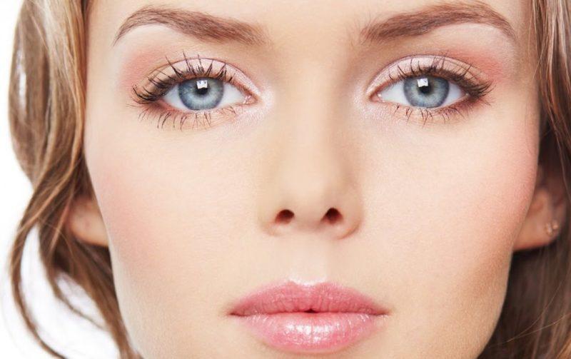 Maquillage rose pour les yeux bleus