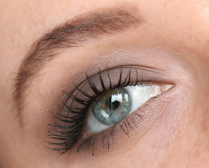 Maquillage de jour pour les yeux bleus et gris
