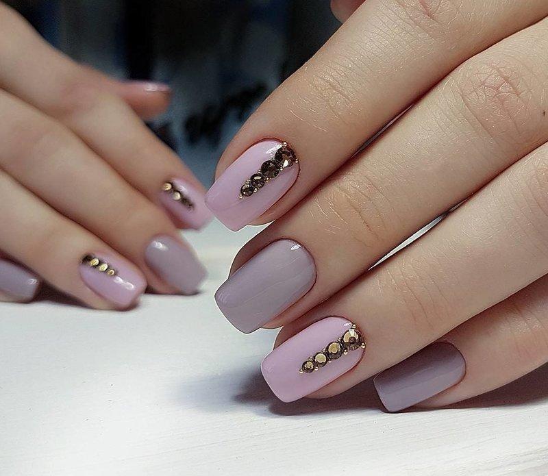 Decoratiemanicure in paarse tinten