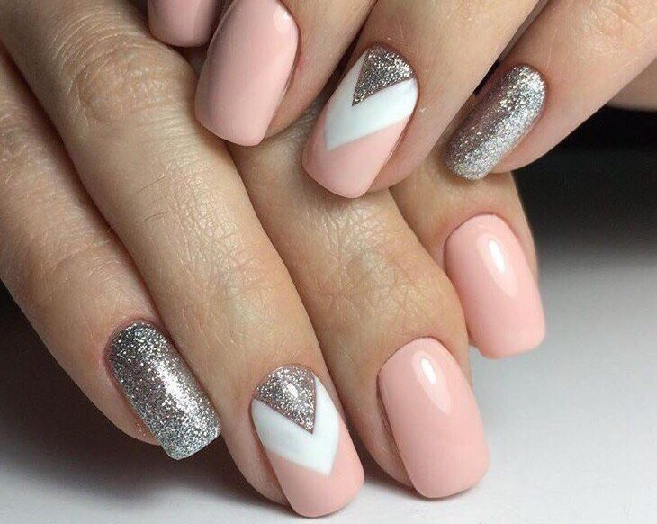 driehoekige gatnagels met zilveren glitter