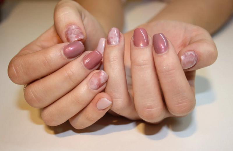 Naakte manicure met vlekken