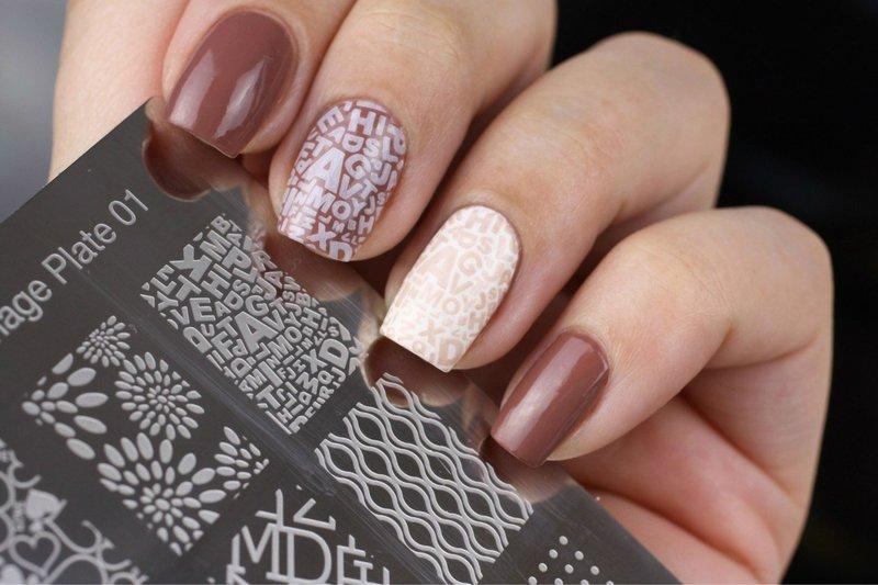 Postzegels met inscripties op de nagels
