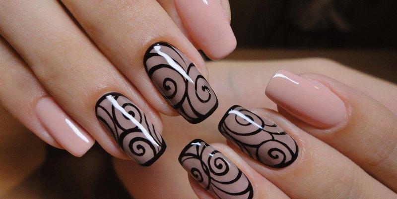 Manicure naakt met krullen.