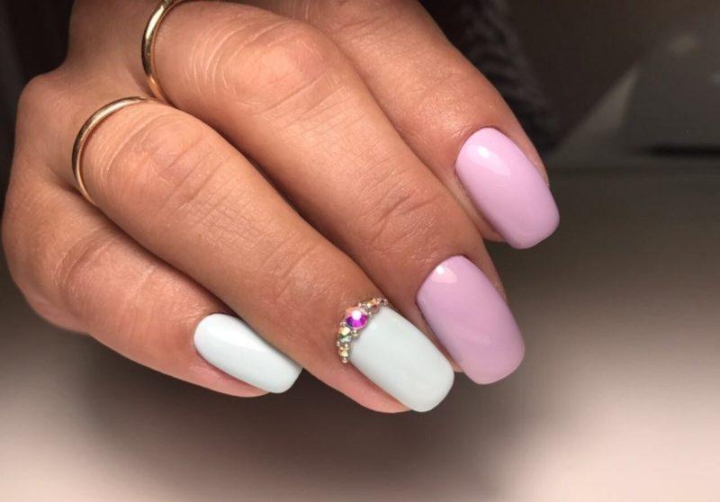 Witte en roze naakt manicure met strass gat