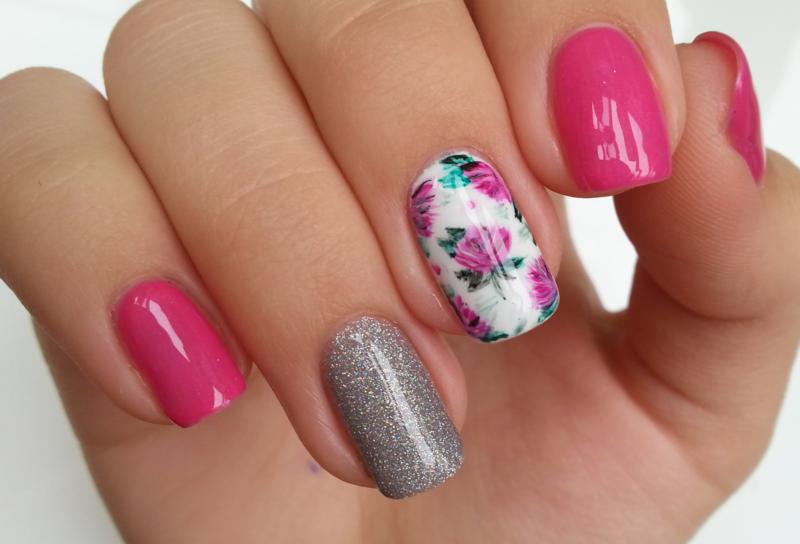Roze manicure met een glijbaan en glitter