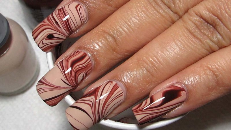 Manicure naakt met vlekken