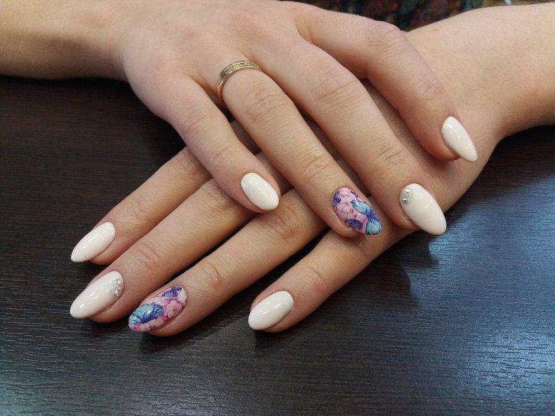 Manicure naakt met glijbaan en strass steentjes
