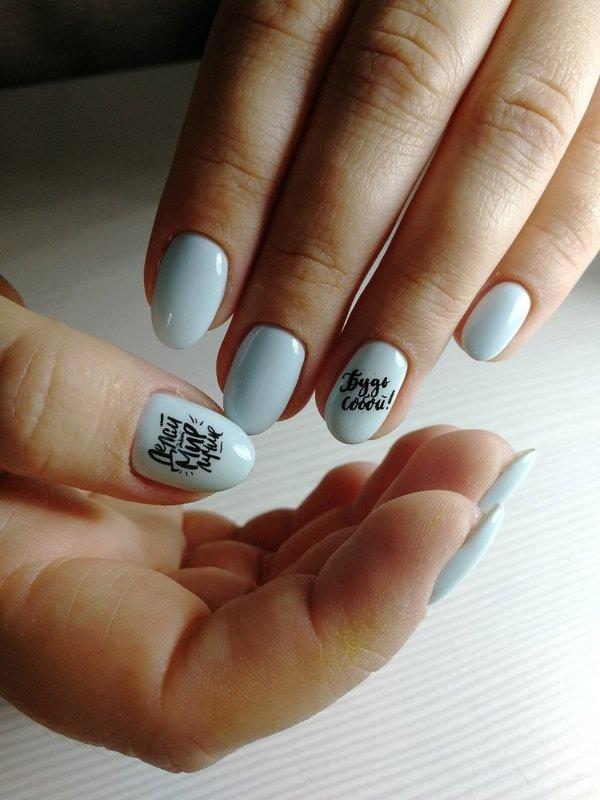 Blauwe nagels met inscripties