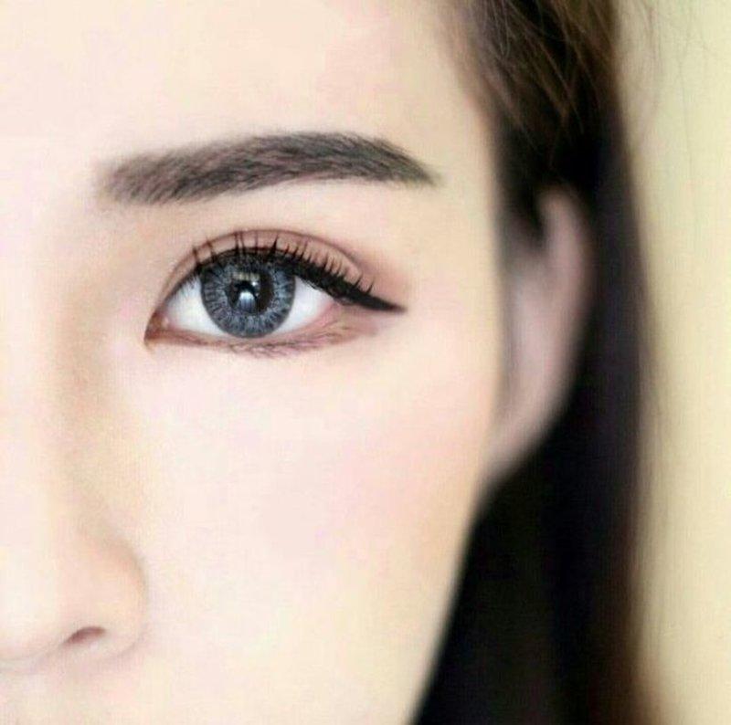 Mergina su korėjietišku makiažu ant veido.
