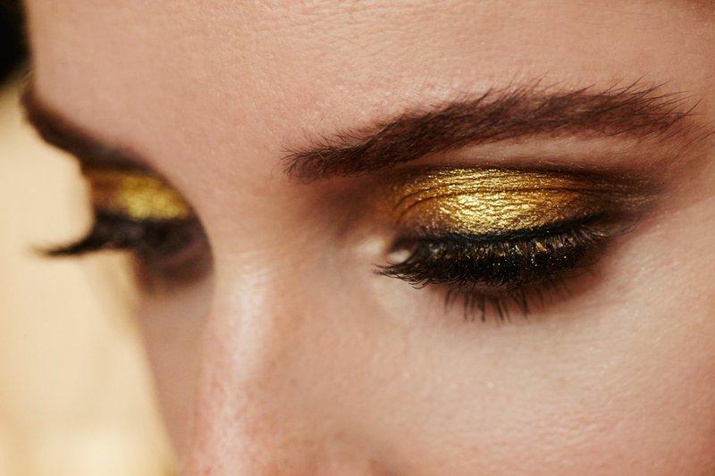Madingas makiažas su auksiniu blizgesiu