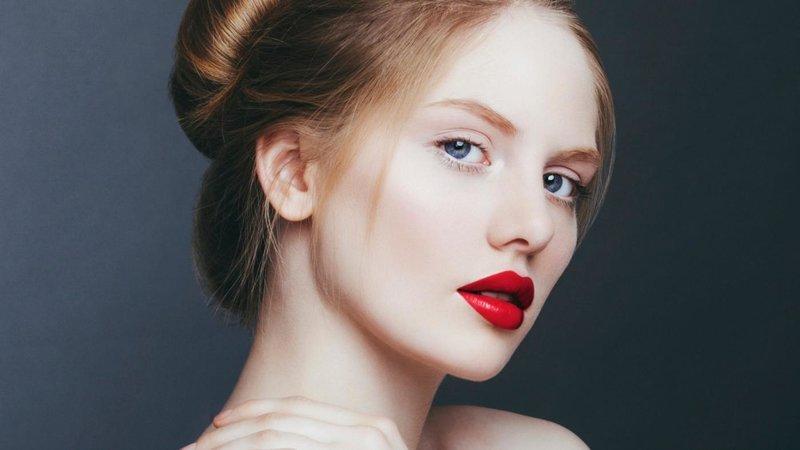 Šviesiaplaukė mergina raudonais lūpų dažais