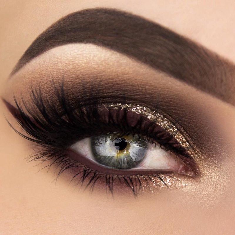 Auksinių blizgučių katės akių makiažas