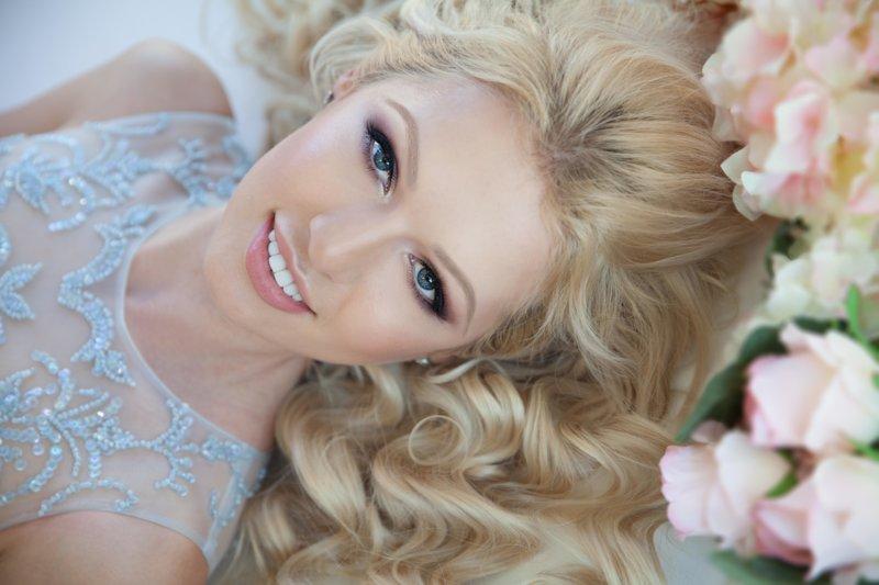 Blyškiai rožinis makiažas blondinėms