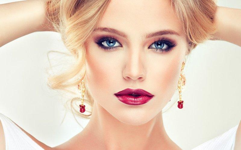 Mėlynių akių blondinė su ryškiais lūpų dažais