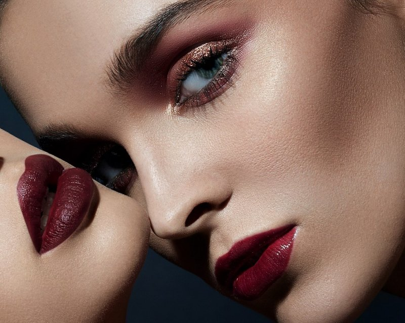 Merginos tamsiai raudonomis lūpomis