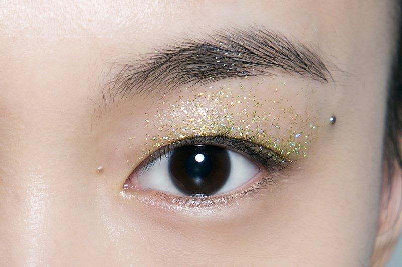 Auksinės blakstienos ant vokų, skirtos azijietiškam veidui