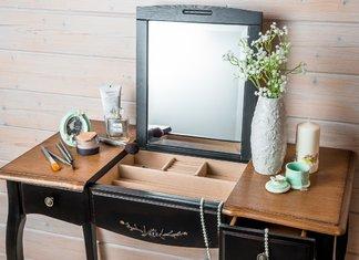 Table de maquillage avec un miroir