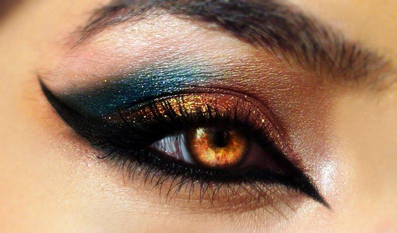 Ryškios makiažo katės akys su aukso ir mėlynos spalvos atspalviais
