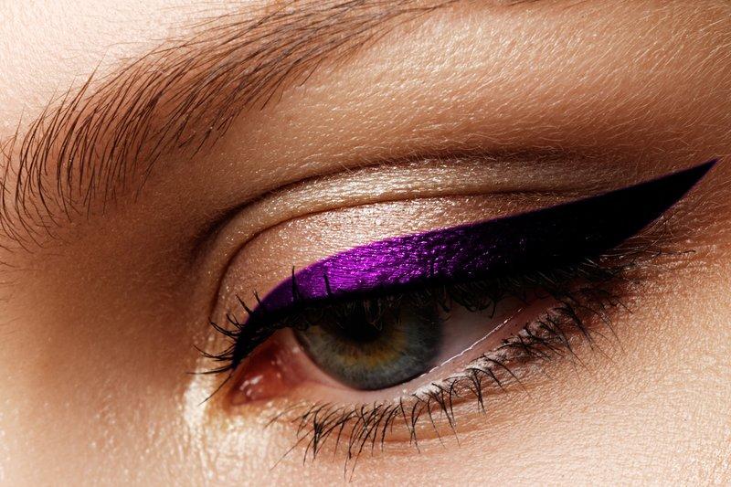 Nuogas makiažas su purpuriniu blizgesiu