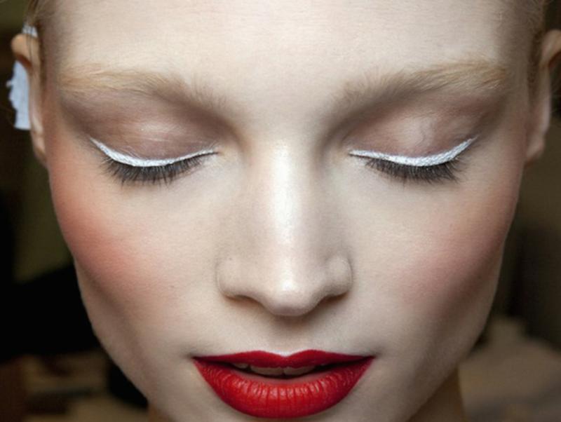 Minimalistinis makiažas su madingomis baltomis strėlėmis ir raudonais lūpų dažais.