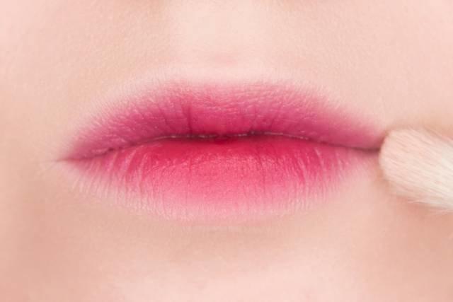 Paskutinis lūpų makiažo prisilietimas
