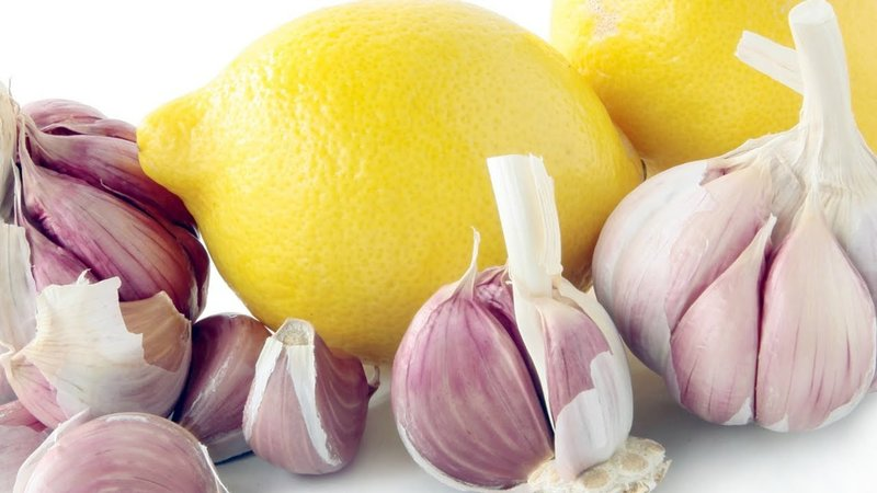 Effectief haarmasker gemaakt van citroen en knoflook