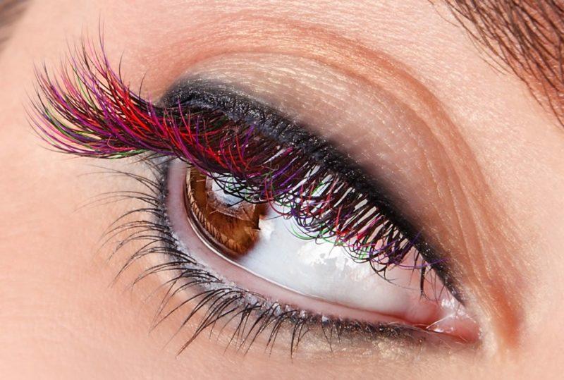 Makiažas su juodu akių kontūro pieštuku ir raudonu tušu