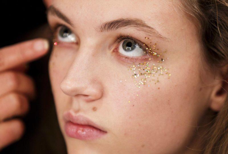 Auksinių blizgučių veido makiažas