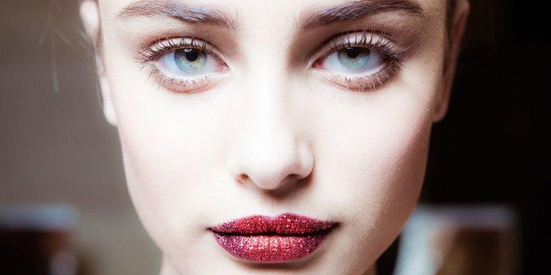 Nuogas makiažas su ryškiai blizgiais lūpų dažais
