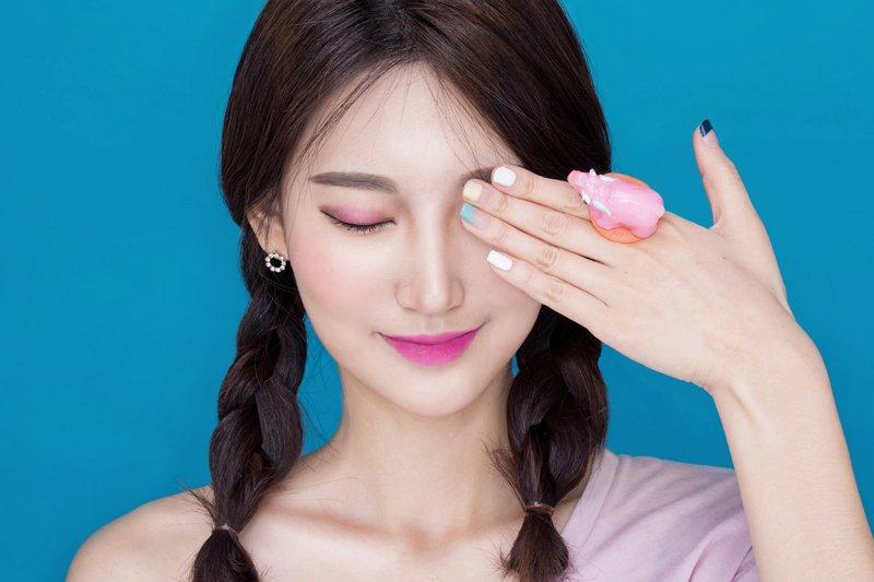 Korėjos moteris su lengvu makiažu ant veido