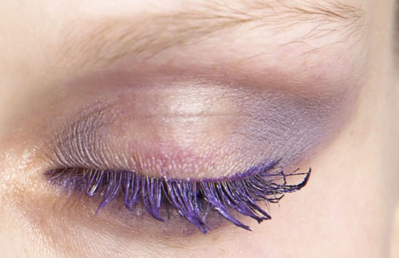 Alyvinis makiažas su purpuriniu tušu
