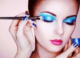 Mėlynas metalinis akių šešėlių vakarinis makiažas