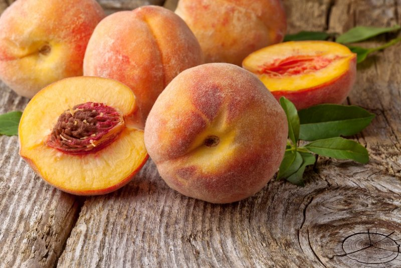 Masker met perzik voedt krullen met essentiële vitamines