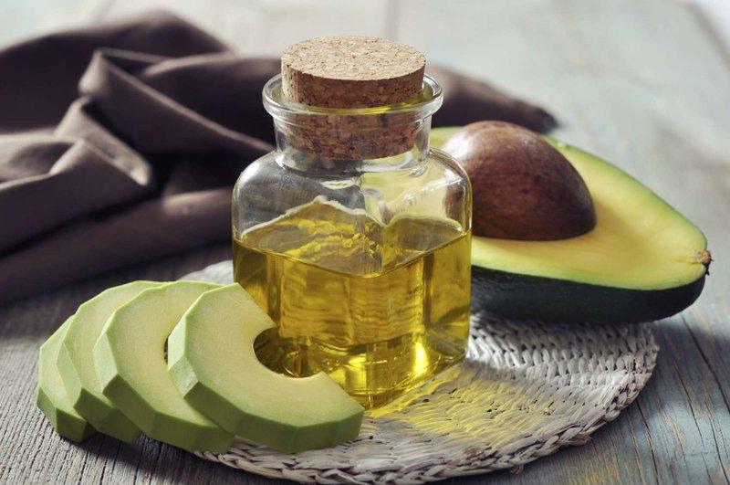 Behandeling van droog en broos haar met een avocadomasker